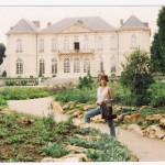 MC outside le musee de Rodin, Paris.